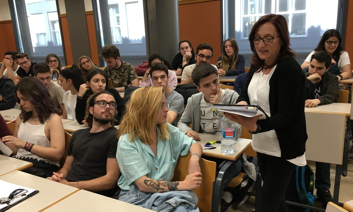La regidora Olga Utiel muestra a los alumnos de RAE las anotaciones en sus libretos